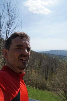 Einmal oben, werde ich dafür mit einer schönen Aussicht belohnt - über den Hügeln Sloweniens...