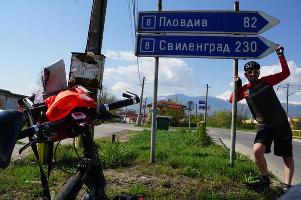 Meine Strecke - heute bis Plovdiv (oberes Schild) - und dann weiter zum Grenzort (unters Schild)...