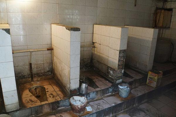Die öffentlichen Toiletten im Basar von Osh sind im wahrsten Sinne des Wortes ÖFFENTLICH...