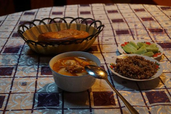 Das leckere Abendessen... Fleischsuppe, Buchweizen (hier Black Rice genannt) - und mein letztes Gemüse für Tage, Wochen...