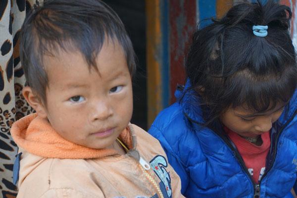 Kinder warten auf Buntstifte,welche viele Trekker verschenken...