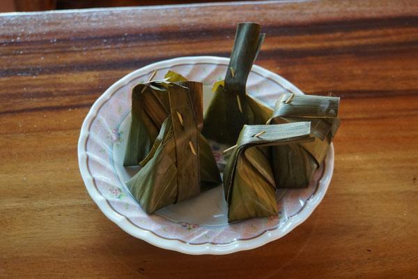 Süsssspeise im Bananenblatt - kunstvoll verpackt bevor im Dampf gegart...