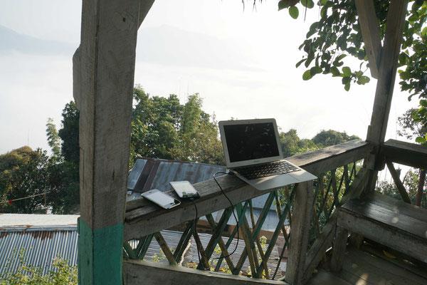 Unsere Sendezentrale: Handys MILLIMETERGENAU ausgerichtet, damit wir Empfang hatten und mit Myanmar mailen konnten betr. Einreisepermit... - was Radler alles dabei haben (müssen)...