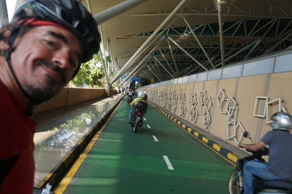 """Die """"Rennbahn"""" für Motorräder im Niemandsland nach der Ausreise aus Malaysia..."""