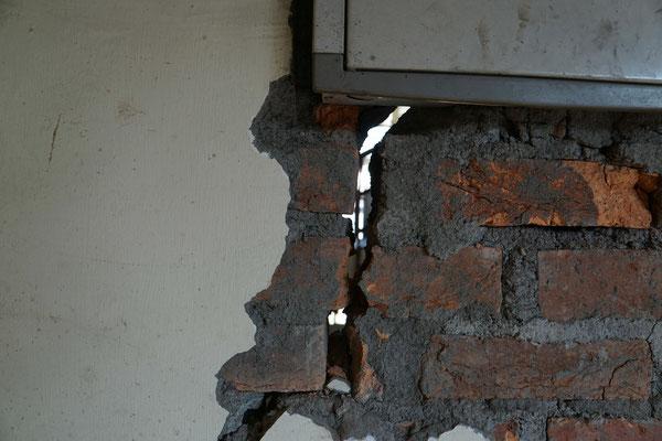 Breite Risse/Spalt in der Mauer...
