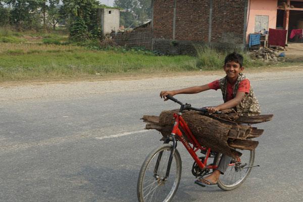 Auch er ist mit dem Transportvelo unterwegs - Lebensschule - statt Regelschule...