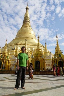 In der Shwedagon Pagode - weltberühmt - und ich drufte sie besuchen... Bin ich doch ein Glückspilz - auch wenn die Reise nach Yangon äusserst mühsam, anstrengend und TEUER war...