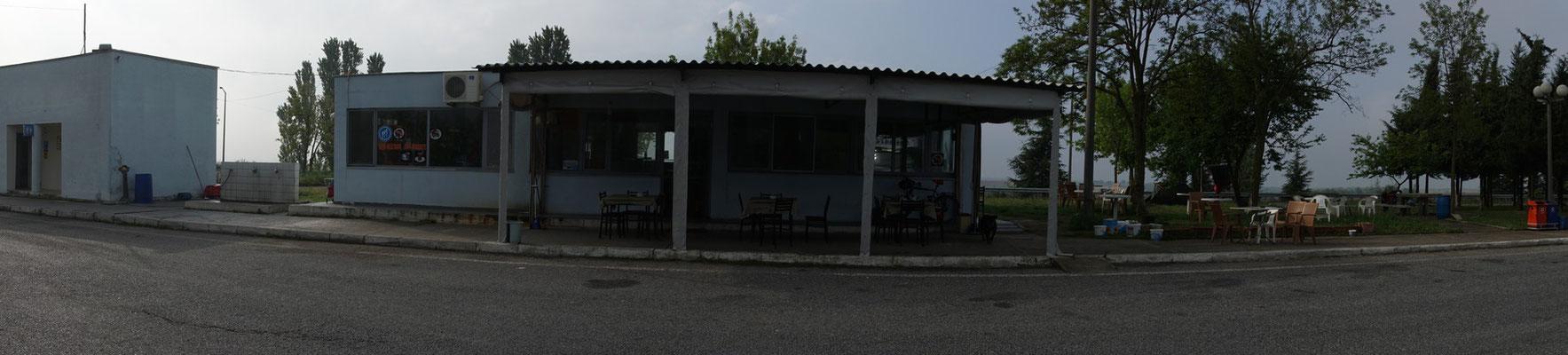 Heute Morgen eine Rundumansicht - die Plätze sind immer gleich aufgebaut: Links Toilettenhäuschen - dann Restaurant mit Shop - dann PicNicArea...