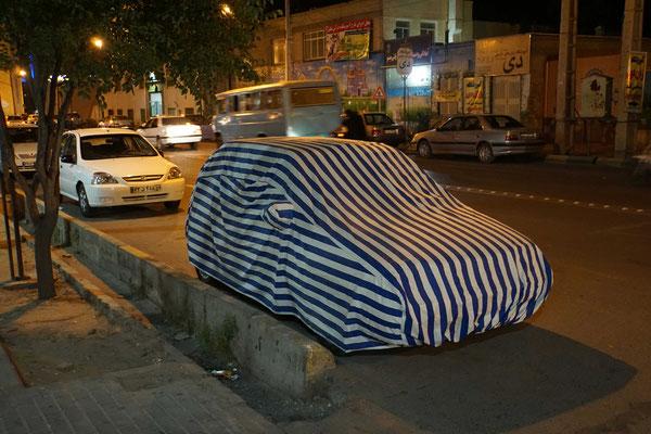 Auto im Schlafrock - am Tag dienen diese Überzüge gegen die Hitze und den Staub - nachts wohl als Pyjama für das Auto...