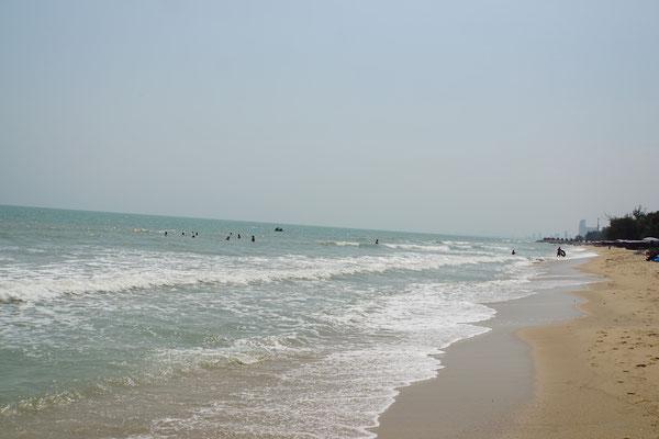 Strandstimmung in Cha Am - im Hintergrund wohl die Hochhaushotels von Hua Hin - liegt auf meinem Weg...