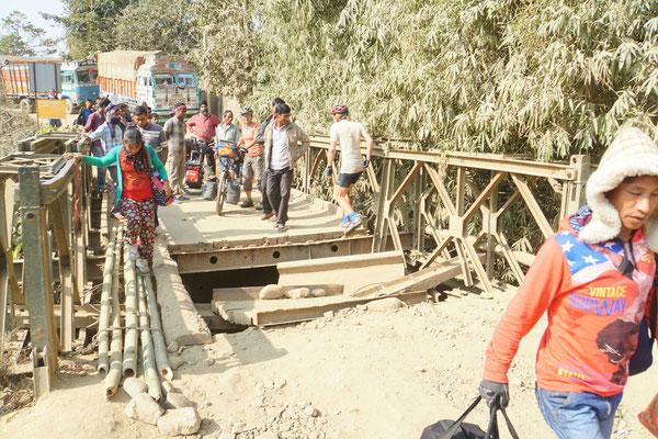 Bis dann die eingestürzte Brücke kommt, die wir aber auch locker überwinden - einfach wie die Einheimischen über die Bambusstangen... - sie hält uns auch ganz viel Verkehr vom Hals....!!