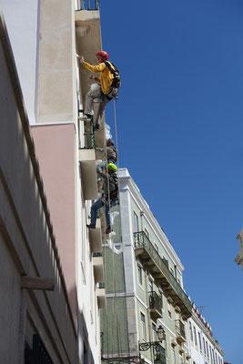 So wird in Lissabon die Fassade gemalt! Ohne Gerüst, ohne Bewilligungen....