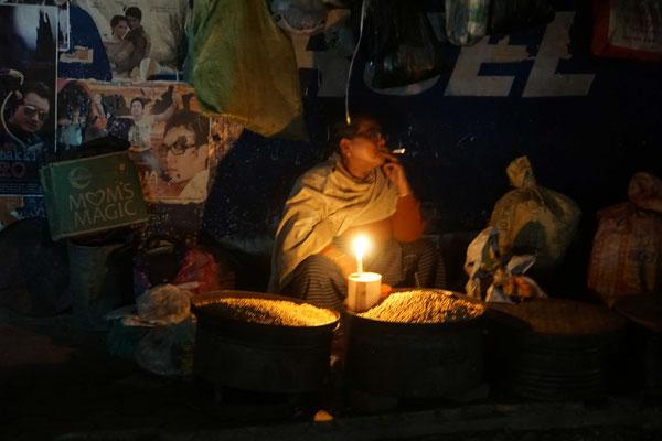 Bei Kerzenlicht warten auf Kundschaft - und mal ne Zigarette dazu paffen...