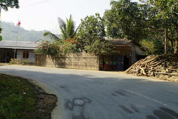 Im Staat Manipur grenzen sich die Anwohner klar von der Strasse ab, die geflochtenen Häuser wirken viel gepflegter als anderswo und es gibt kaum Müll...