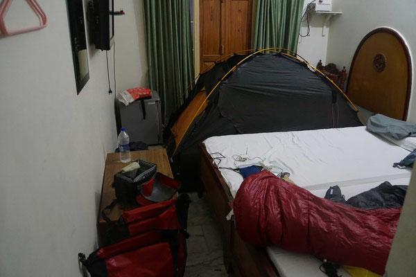 Mein Zimmer nach der Ankunft im Puja Guesthouse in Varanasi - ganz schön chaotisch - ganz schön indisch...