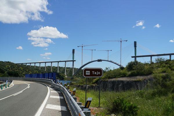 """Ein alter Bekannter: Hier heisst der Fluss Tajo - in Lissabon Tejo... Darüber wird ein """"Brücklein"""" gebaut für die Autobahn..."""