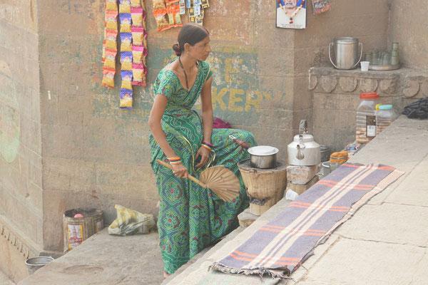 Die einzige Frau, die hier entlang des Ganges eine Teeküche betreibt...