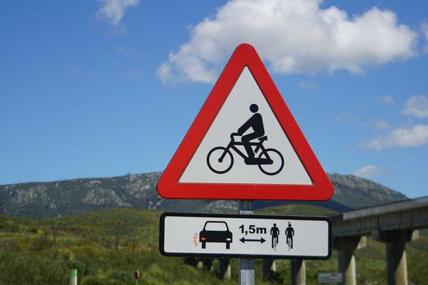 Signalisation wie der Radfahrer sie liebt..... - insbesondere, wenn die Autofahrer sie befolgen., was sie hier tun!