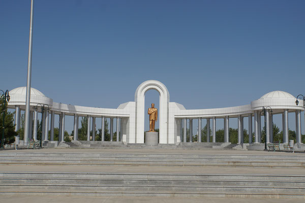 Turkmenbashi, der Vater der Turkmenen, hat hier sein überdimensioniertes Denkmal...