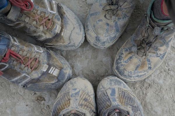 Und so sehen die Schuhe dreier Radler aus, die sich über die Strassen Manipurs gekämpft haben...