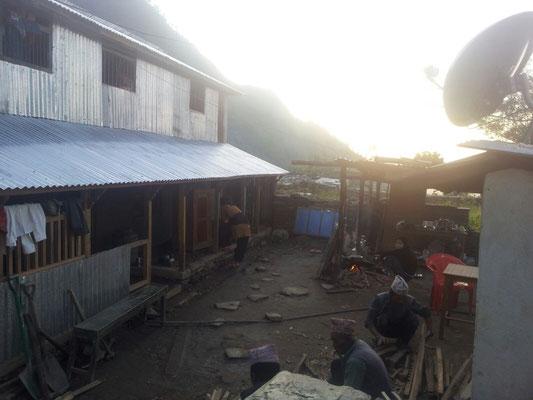 Neubau, derzeit Dach über dem Kopf; Kochen im Hof