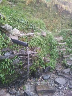 Wasserquelle für 16 Familien, 1 Schweizer und im Ort verbliebenes Vieh