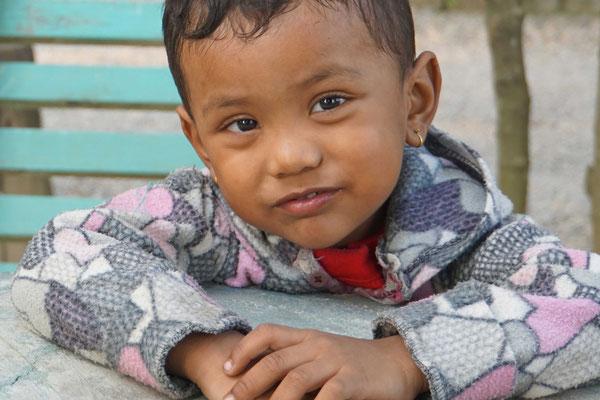 Er hat sich vor der Kamera in Szene gesetzt, als würde ich mit ihm Nepals next Topmodel durchführen...