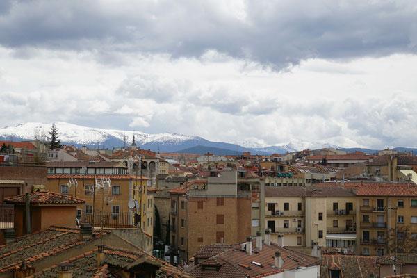 """Blick über die Dächer Segovias in die """"Schneeberge"""" - so richtig ist der Frühling auch hier noch nicht angekommen - aber doch deutlicher als in der Schweiz..."""