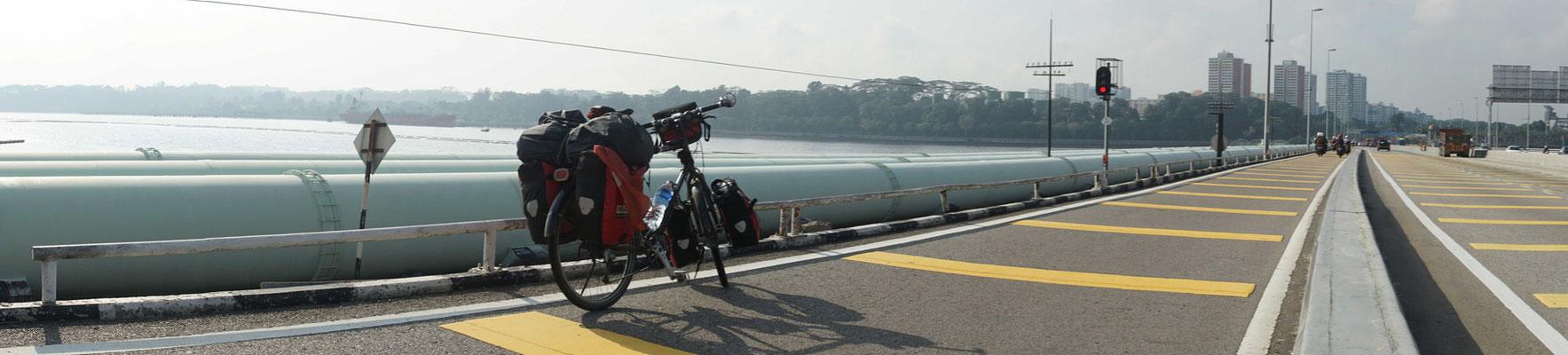 Auf dem Causeway in Richtung Singapur unterwegs...