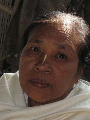 Manipuri Frau mit typischer Bemalung auf Nase...