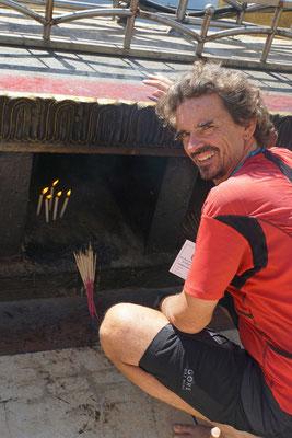 Auch wir haben Opfergaben mitgebracht - Räucherstäbchen und Kerzen, die im praktischen Set inkl. Feuerzeug gekauft werden können...