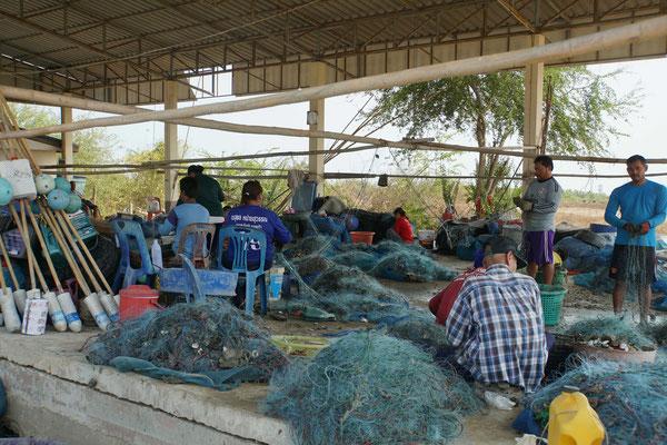 Die Fischer bereiten sich für die morgendliche Ausfahrt vor...