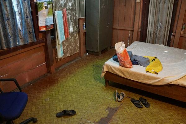 Wir übernachten in der Offiziersunterkunft - keiner daheim - nur viele Schuhe und Akten und ...