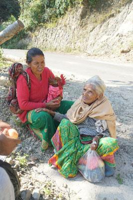 Die Nepalin rechts ist 80jährig und flott zu Fuss unterwegs...