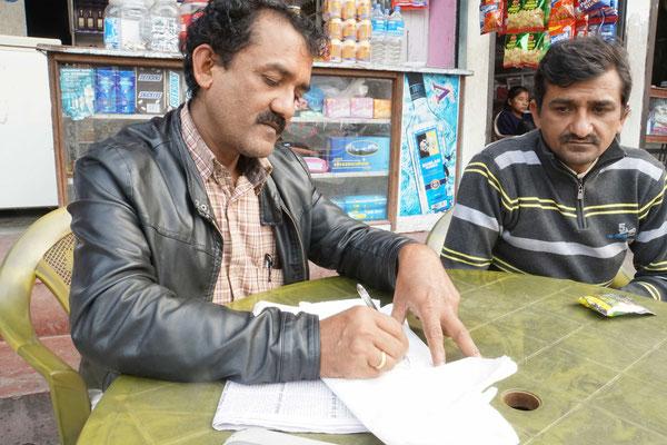Die Besitzer des Nepal Guest House in Mugling wollen mir Nepali (Sprache) beibringen...