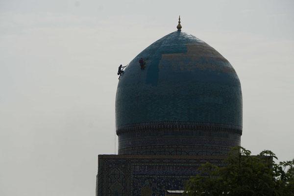 Die Kuppel des Registans wird neu gestrichen...