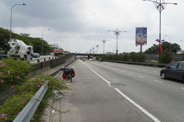 """Einfahrt nach Johor Bahru...: Drei Spuren und ein """"Pannenstreifen"""" für Passpartu und mich..."""
