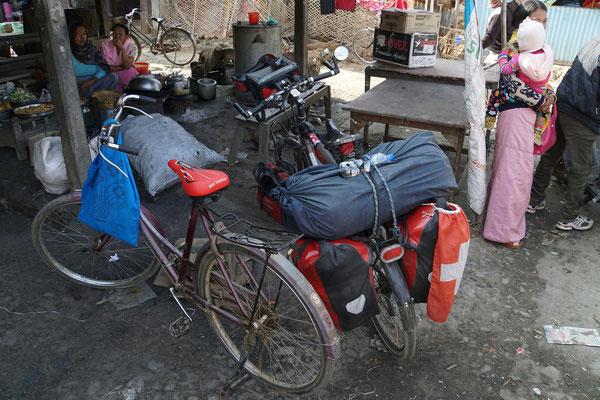 Passpartu flirtet vor dem Markt in Wabagai...