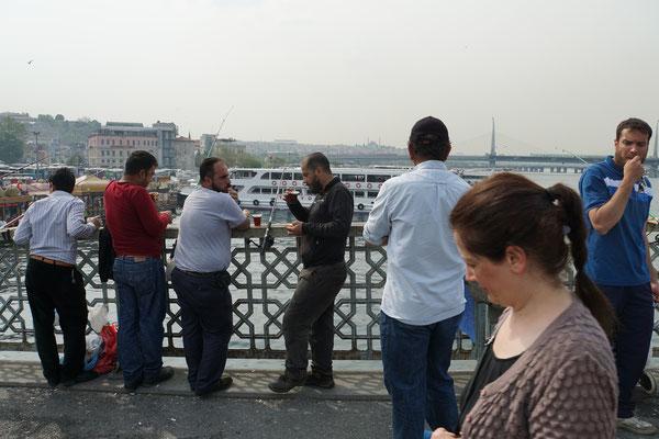 Auch beim Fischen auf der Galatabrücke scheint es zu greifen, das Motto: Abwarten und Tee trinken