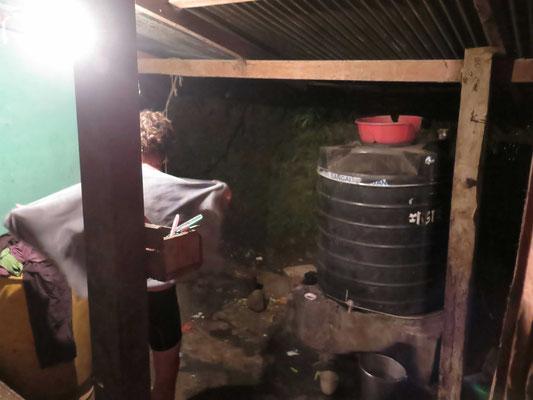 ©www.weltradeln.de - Kirtap wäscht sich - oder staubt er sich angesichts der kühlen Luft- und Wassertemperaturen einfach nur etwas ab...?
