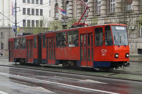 Die alte Tramkomposition ist ein Farbtupfer in der grauen Stadt... Das ist übrigens nicht das Retrotram - hier sehen 98% der Trams so wie aus vergangenen Zeiten aus...