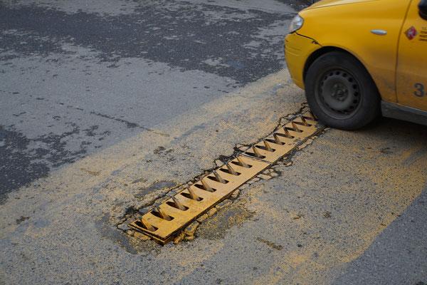 Kuriosität 2: Hier fährt man mit einem Satz Vorderpneus genau 1x verkehrt durch die Einbahn. Diese Verkehrslenkungsmassnahme ist WEIT verbreitet in der Türkei - so auch in Istanbul. Wenn das Auto von der richtigen Richtung kommt, senken sich die Zähne...