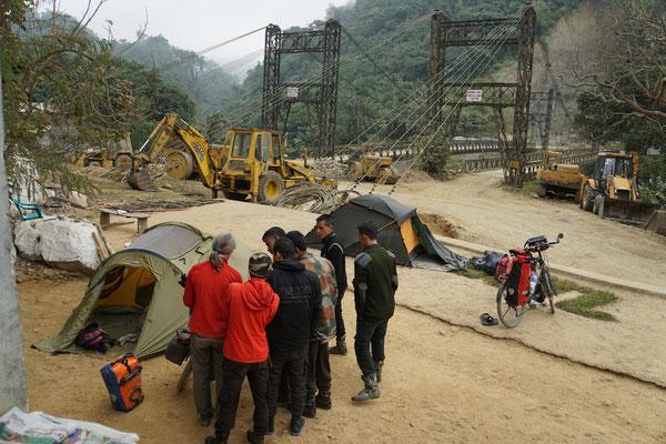 Unser Zeltplatz am Morgen - mit den Brücken im Hintergrund, welche die Militärs bewachen...