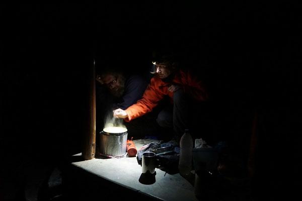 Um 18 Uhr ist hier schon finstere Nacht - der Strom kommt erst um 22 Uhr - daher wird Stirn- und Taschenlampe gekocht...