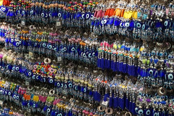 """Sie haben es mir SEHR angetan, die Nazar-Amuletts: Im orientalischen Volksglauben besitzen Menschen mit hellblauen Augen den unheilvollen Blick. Ein ebenfalls """"Blaues Auge"""" soll demnach als Gegenzauber diesen Blick bannen und abwenden (aus Wikipedia)."""