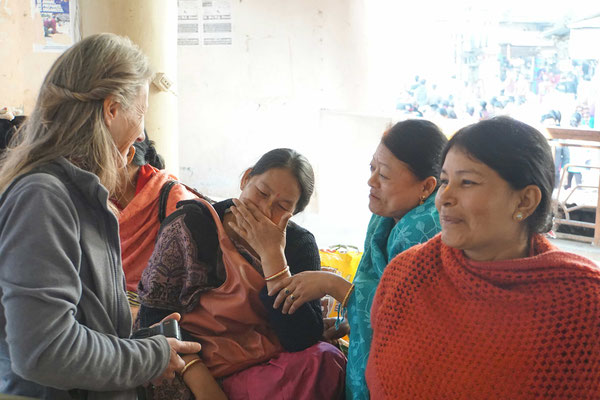 Karin im Gespräch mit Shopbesitzerinnen, die keine Existenzgrundalge mehr haben...