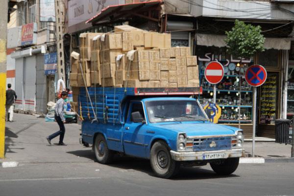 Solche blauen Lieferwagen sehe ich seit meiner Ankunft im Iran überall auf der Strasse - und sie haben Passpartu und mich auch schon durch Tabriz gefahren - und können weit mehr laden, als ein Velo und fünf Taschen...