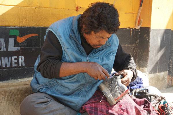 Für 10 Rupees oder ca. 16 Rappen wird mein Schuh genäht...