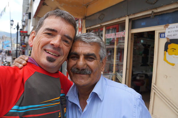 Fremdenführer Mehemet erkennt jeden Velofahrer in Dogubeyazit - Nepathesi hat mir schon von ihm berichtet - und er hat auch ich erkannt...