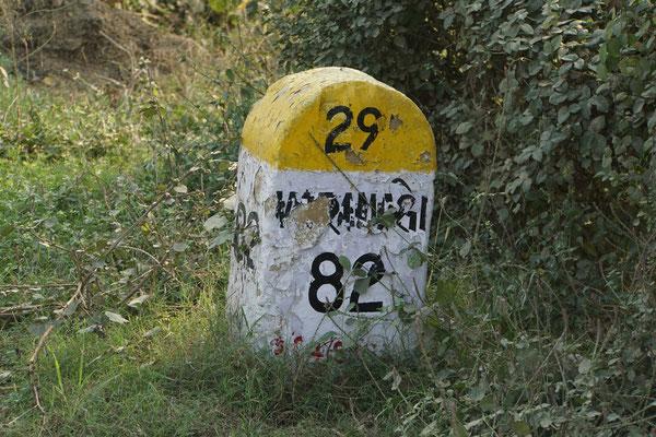 Ja, es ist nicht mehr weit bis Varanasi - die Kilometersteine erinnern mich sehr an die Route des Grandes Alpes - identisch - nur andere Namen...